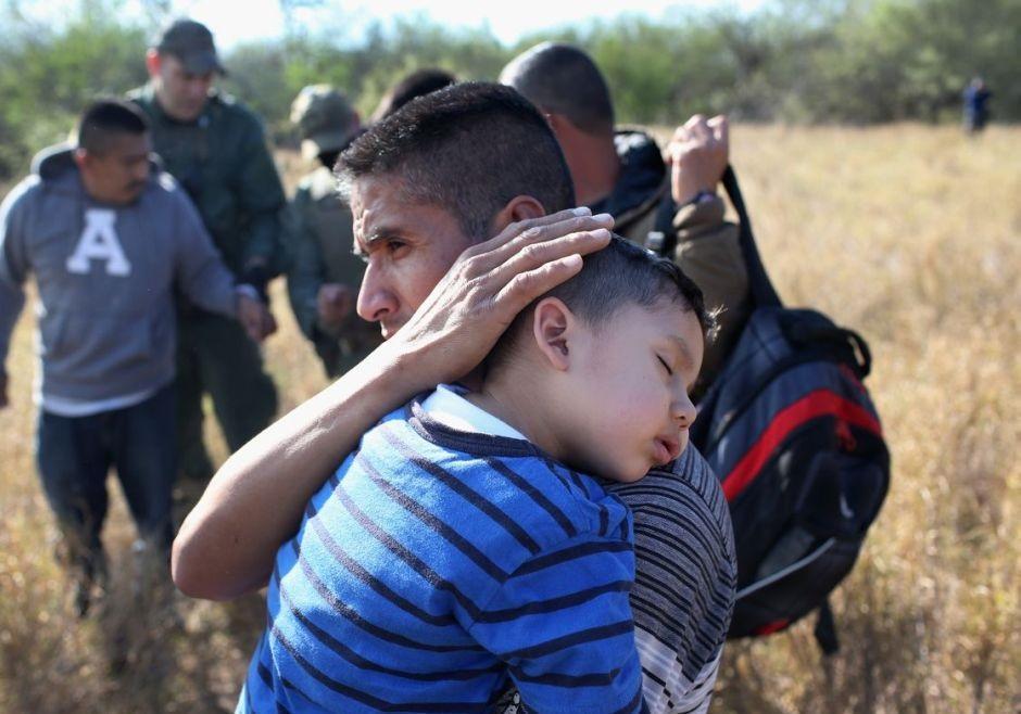 ترامپ: به پای مهاجران شلیک کنید!