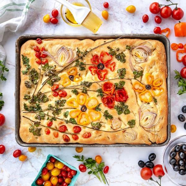 طرز تهیه نان سنتی ایتالیایی فوکاچیا با پنیر، سیب زمینی و زیتون