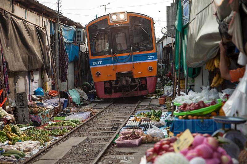 بازار روی ریل بانکوک